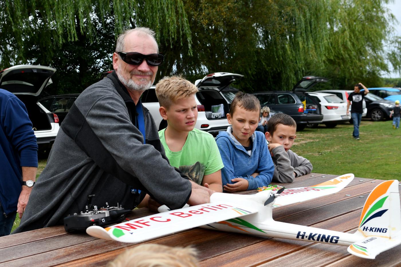 Jugendwart Andreas Jankowski mit Schülern